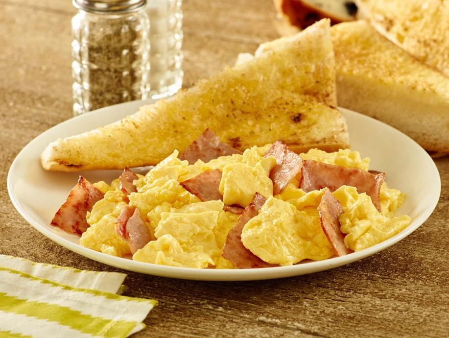 Huevos revueltos con jamón y tostadas