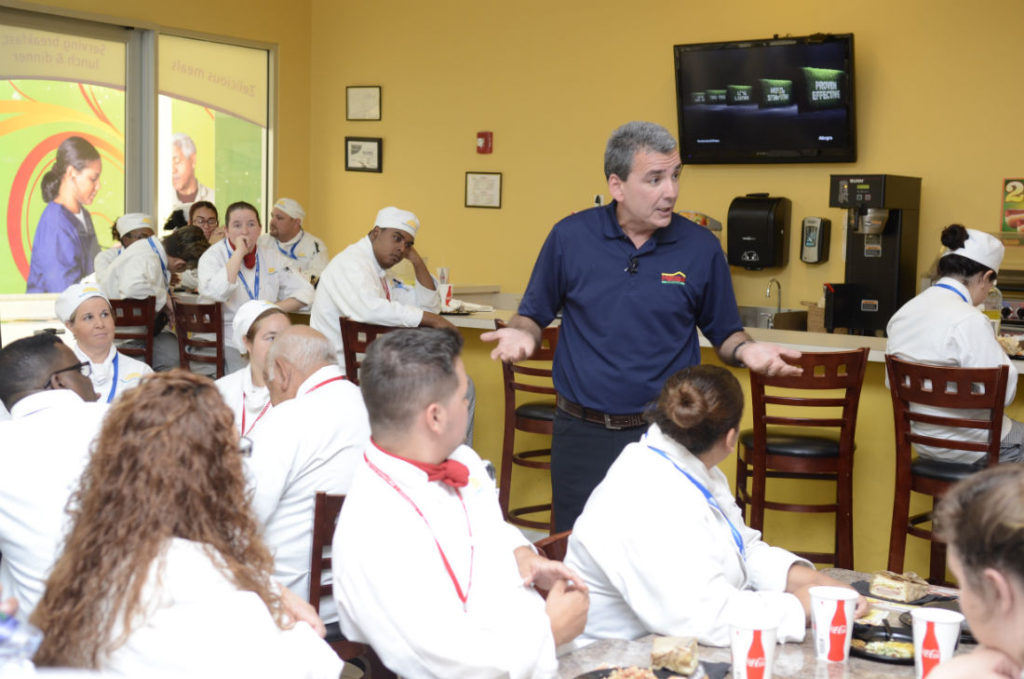 Felipe Pérez comparte historia de El Meson Sandwiches con estudiantes de Florida Central