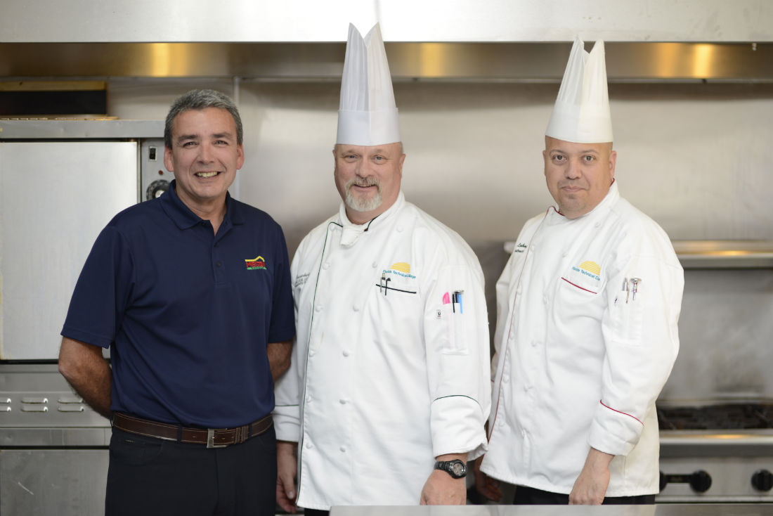 Felipe Pérez comparte historia de El Meson Sandwiches con estudiantes de Florida Central.