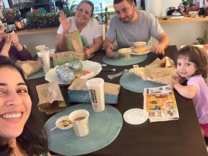 Familia comiendo de El Meson en casa.
